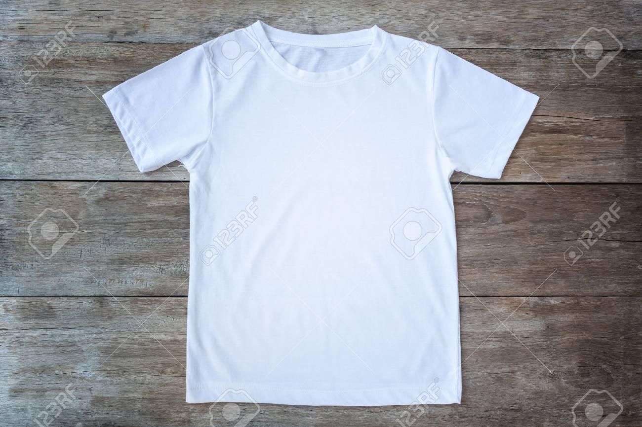 Vue de dessus T-shirt de couleur sur bois gris planche fond Banque d'images - 57108624
