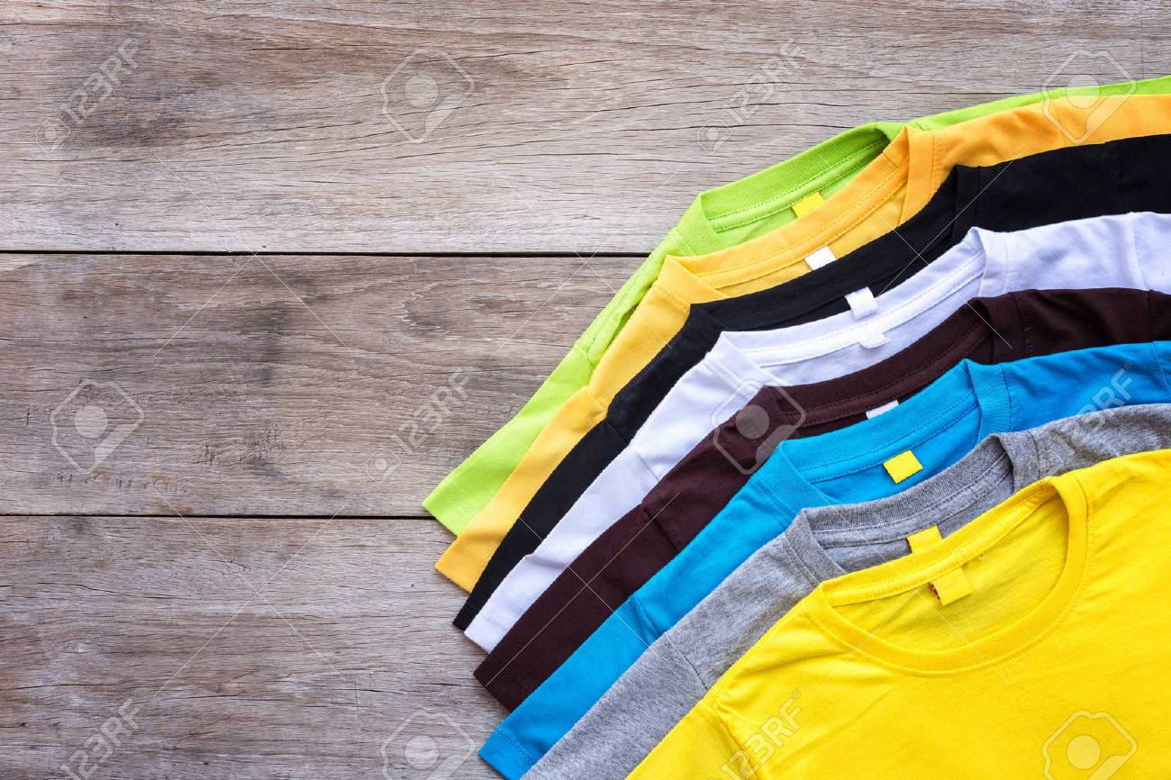Top view of color T-Shirt on grey wood plank background Banque d'images - 57108697
