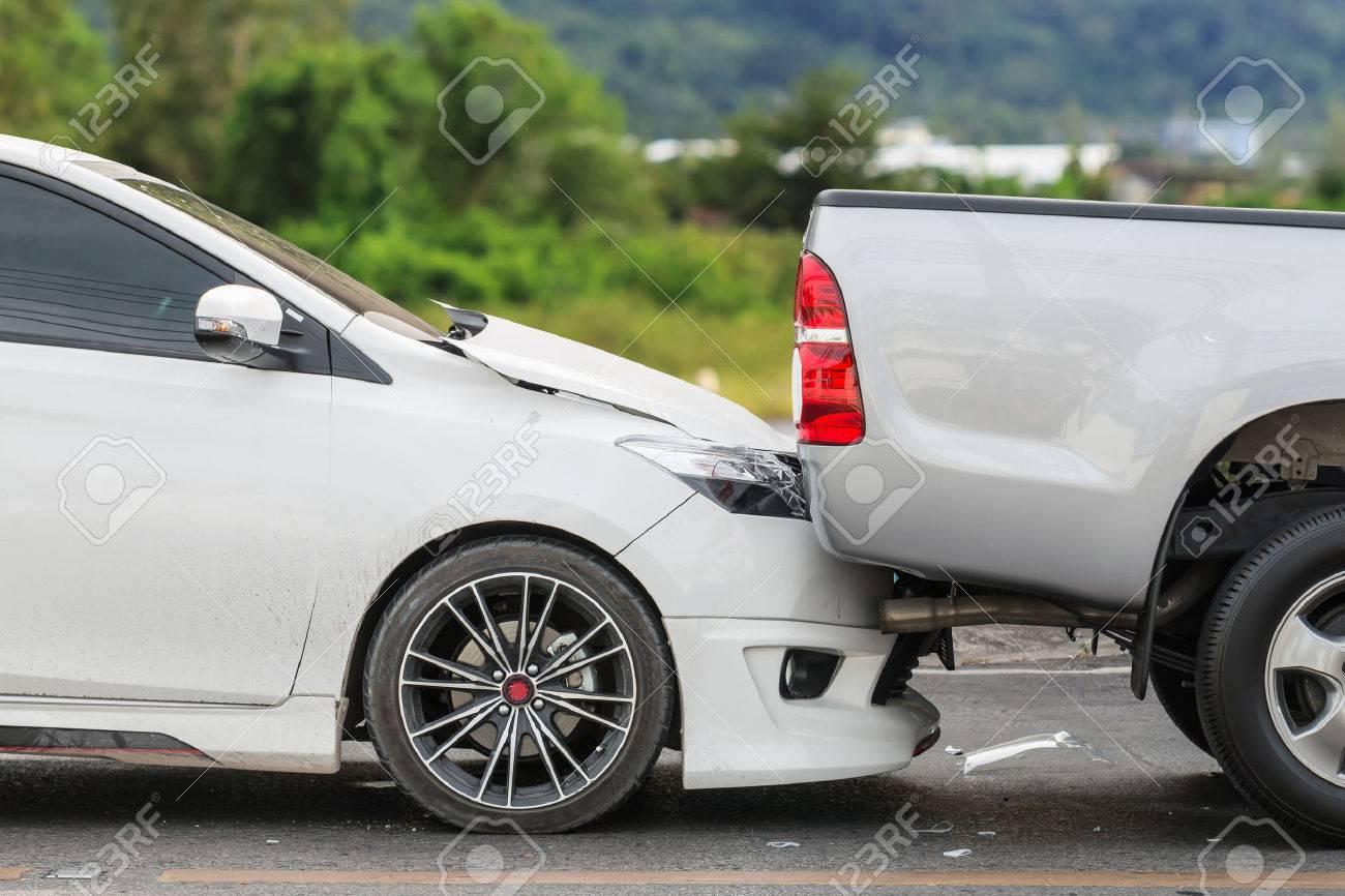 Autounfall Mit Zwei Autos Auf Der Straße Lizenzfreie Fotos, Bilder ...