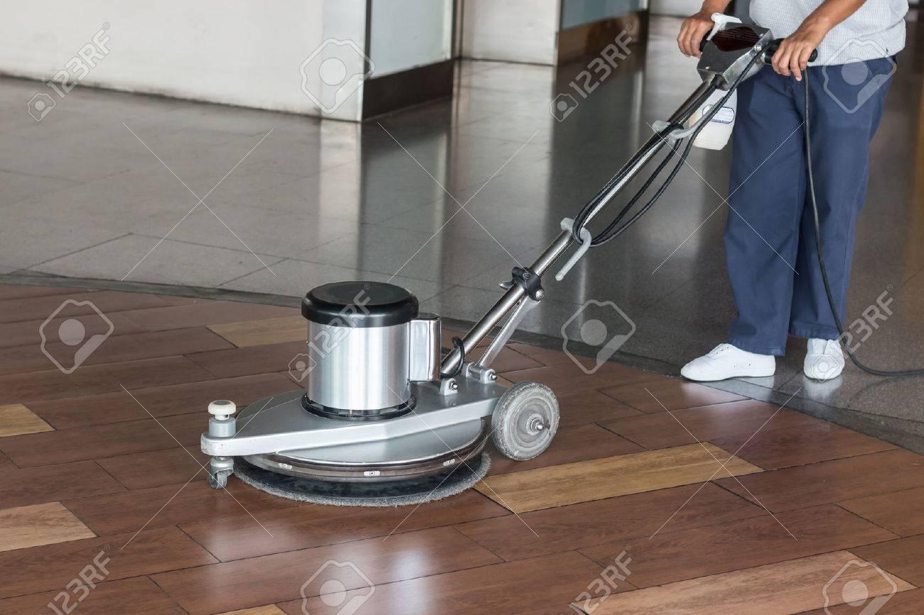 Femme travailleur nettoyer le sol avec machine à polir