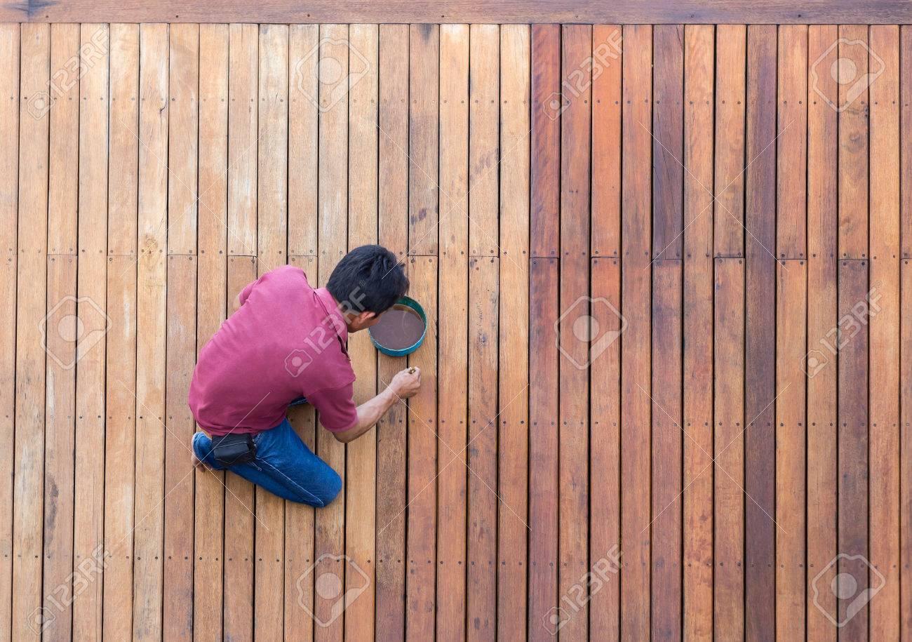Un Travailleur Peinture Piscine Extérieure Terrasse En Bois Vue De Dessus