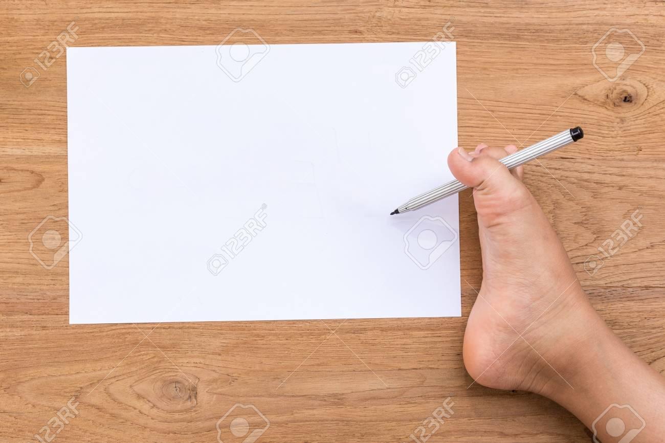 Blank de papier blanc et le pied droit des personnes handicapées