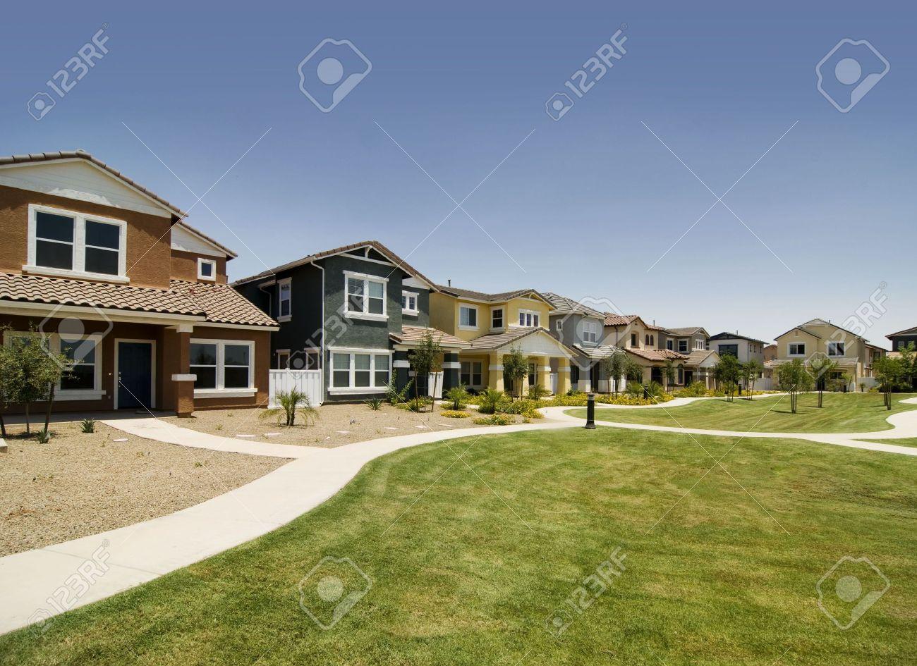 Superb Reihe Von Häusern In Den Neuen S Gemeinschaft Standard Bild   3260949