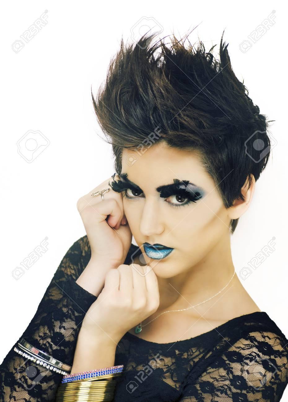 Beau Modele De Mode Avec Les Cheveux Courts Elegant Banque D Images Et Photos Libres De Droits Image 18822634