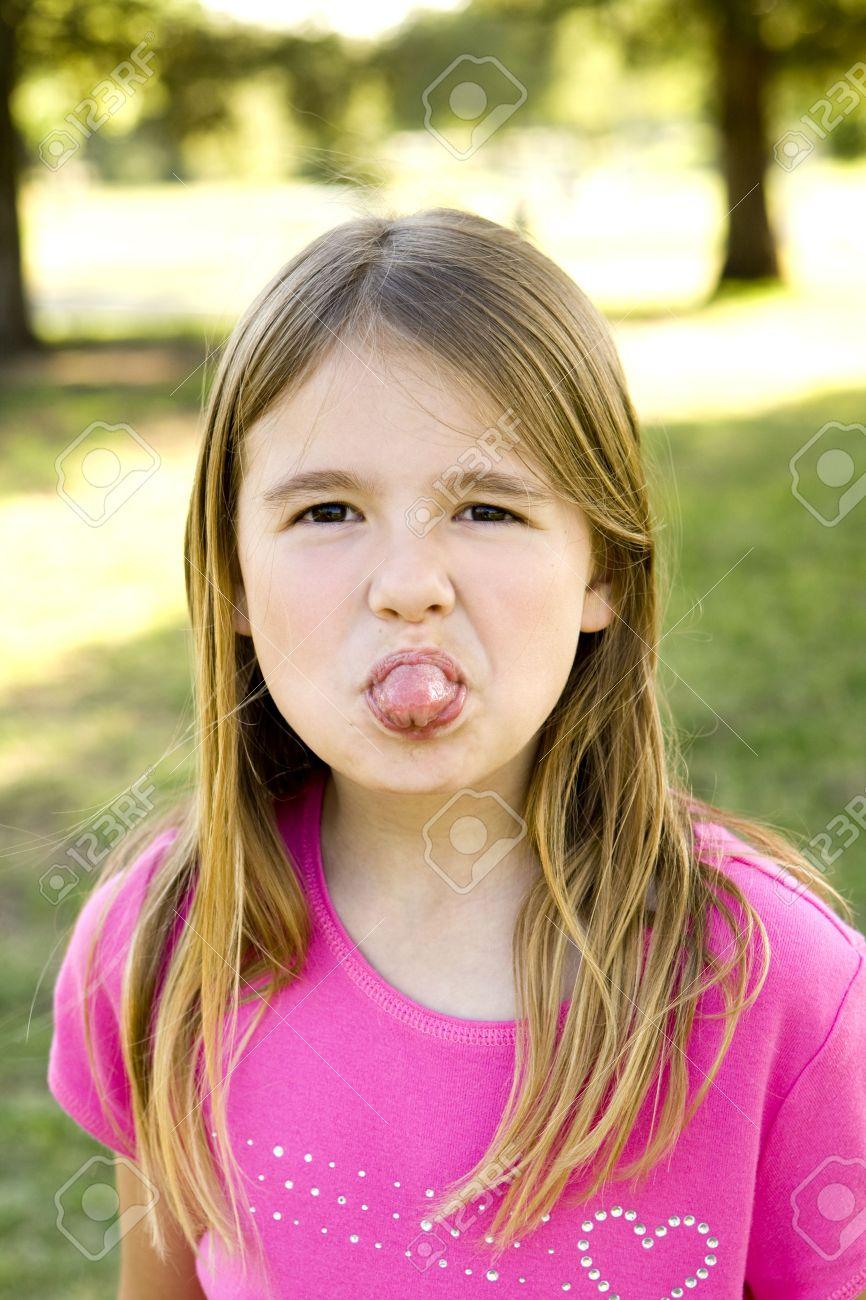彼女の舌を突き出てかわいい女の子 の写真素材画像素材 Image 5130157