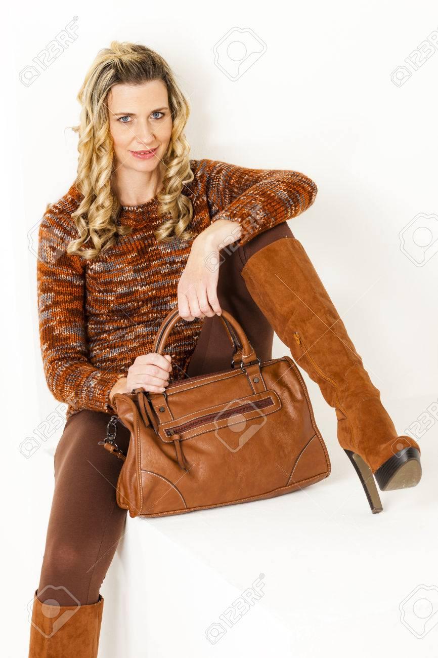 Assis à brunes femme de vêtements sac des bottes un main des avec porter et 3jSq54ARcL