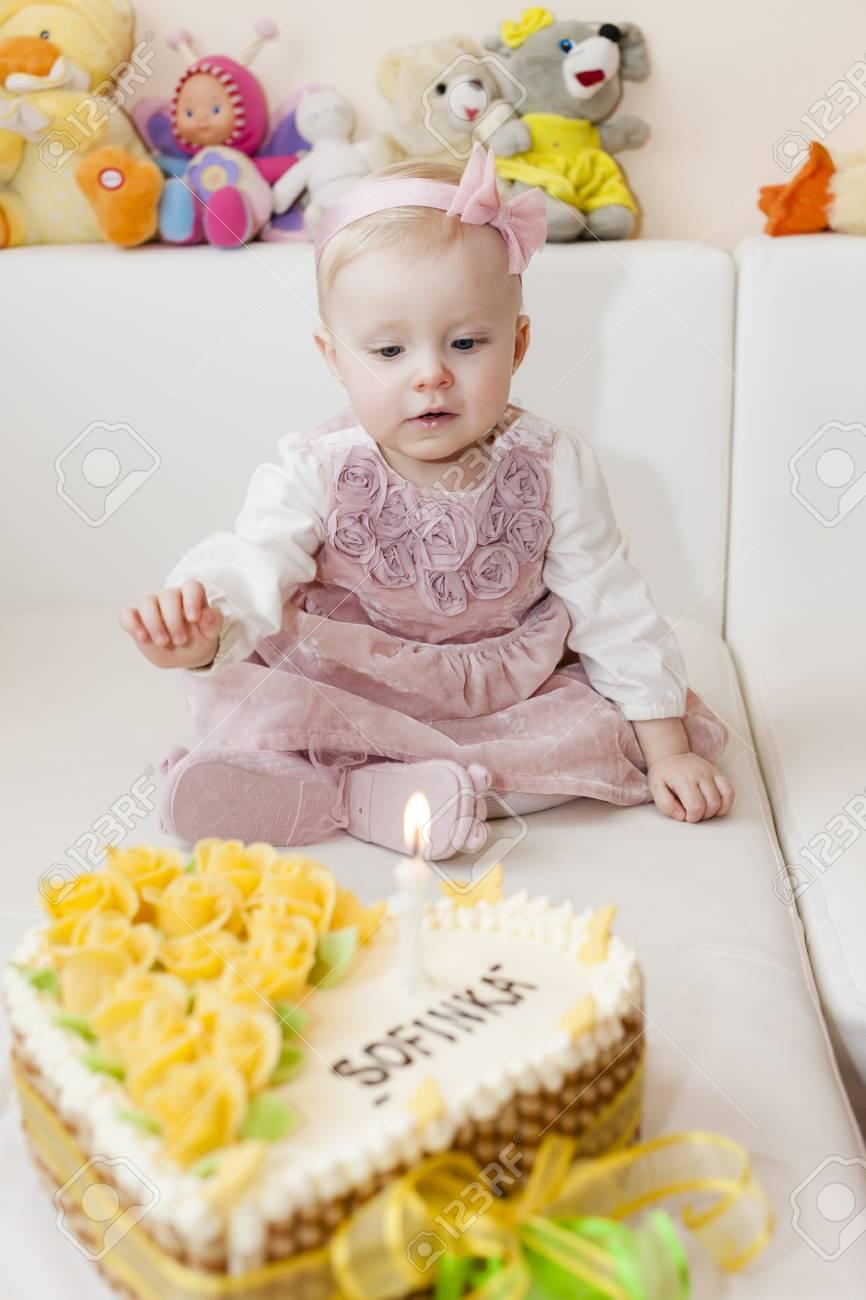 Sitzkleinkind Madchen Mit Ihrem Geburtstagskuchen Lizenzfreie Fotos
