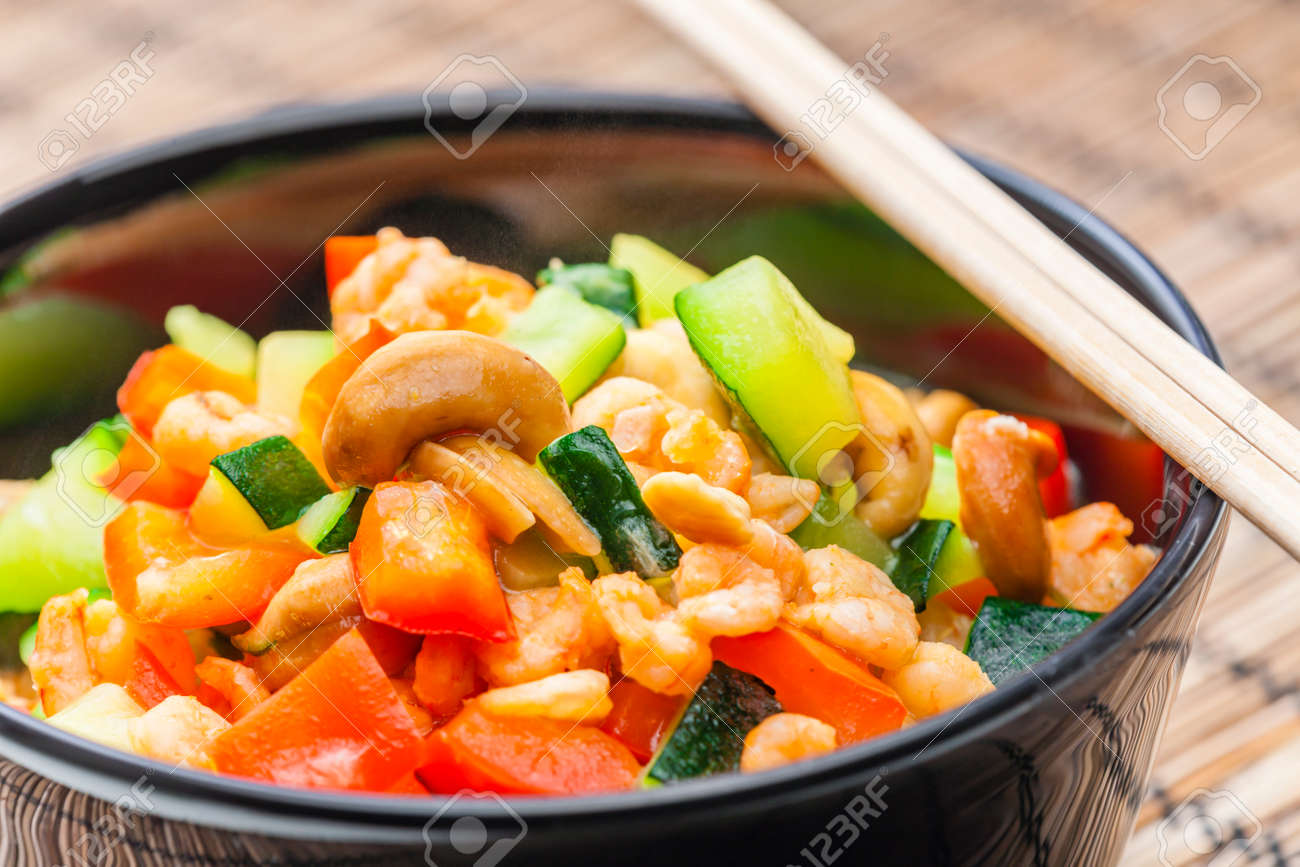 cooked vegetables salad with shrimps and cashew nuts - 169976000