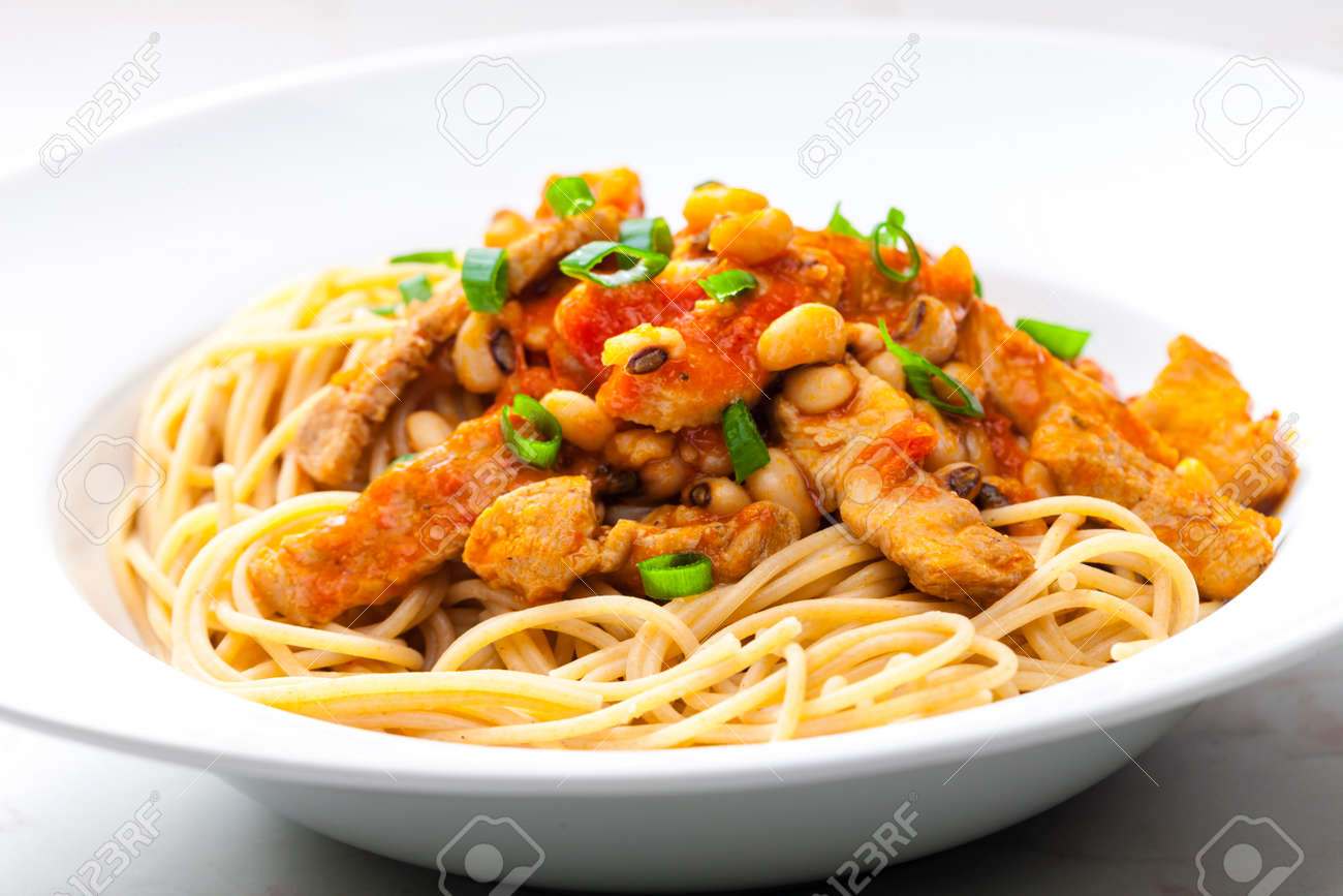 spaghetti with poultry meat, tomato sauce and beans - 169976385