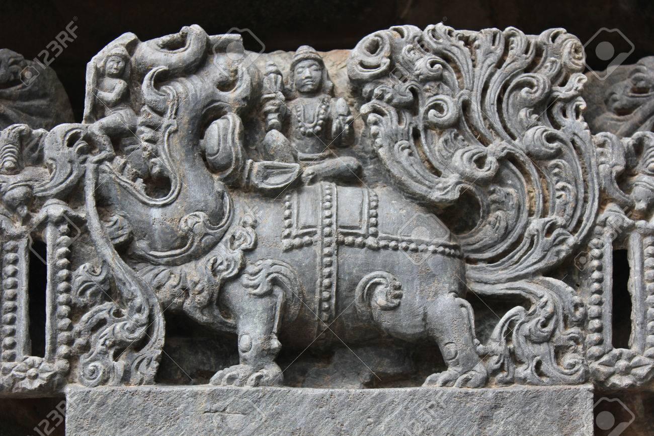 マカラ (神話上の動物) の彫刻が...
