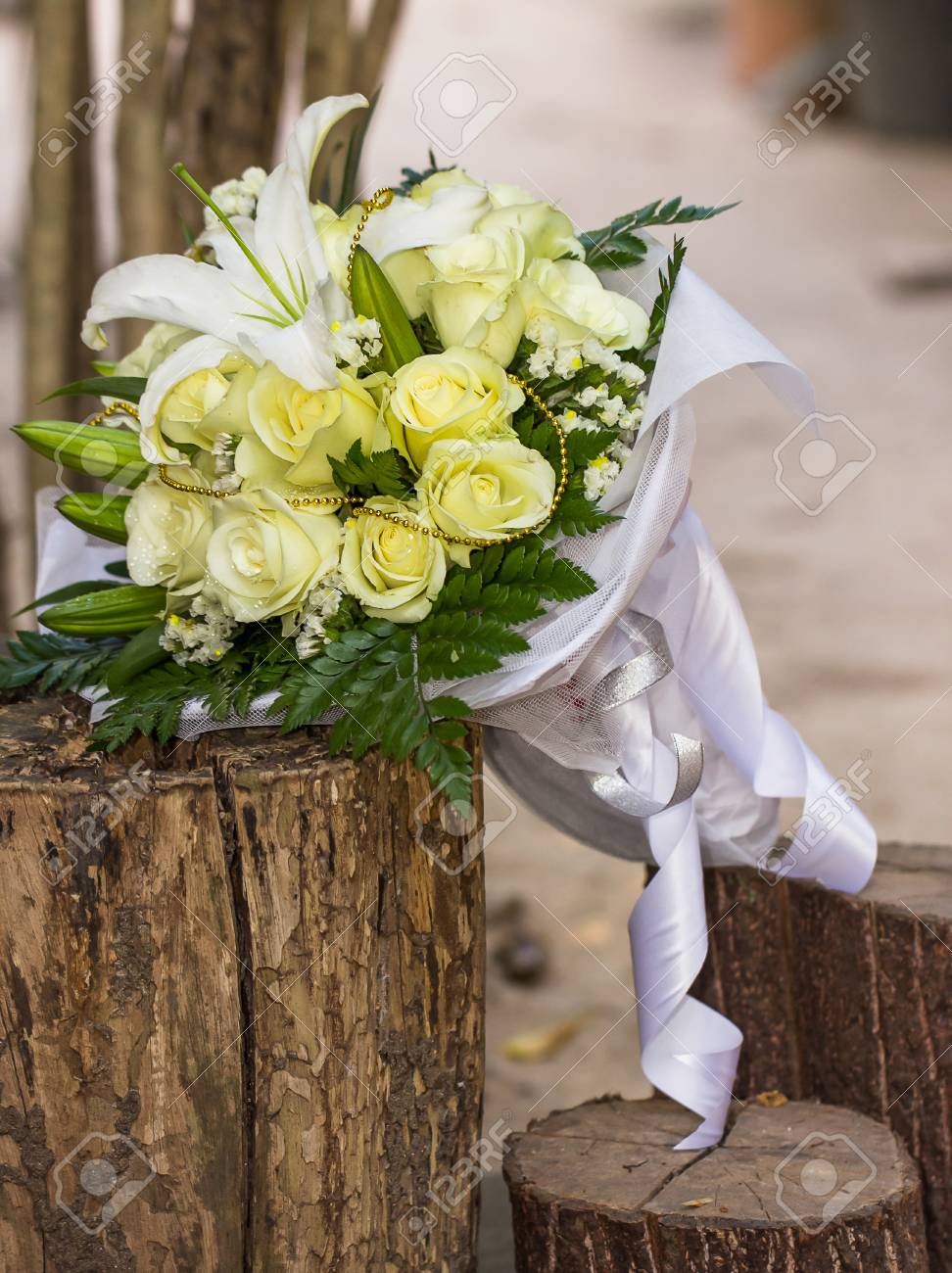 Hochzeitsstrauss Aus Weissen Rosen Und Weisser Lilie Lizenzfreie Fotos