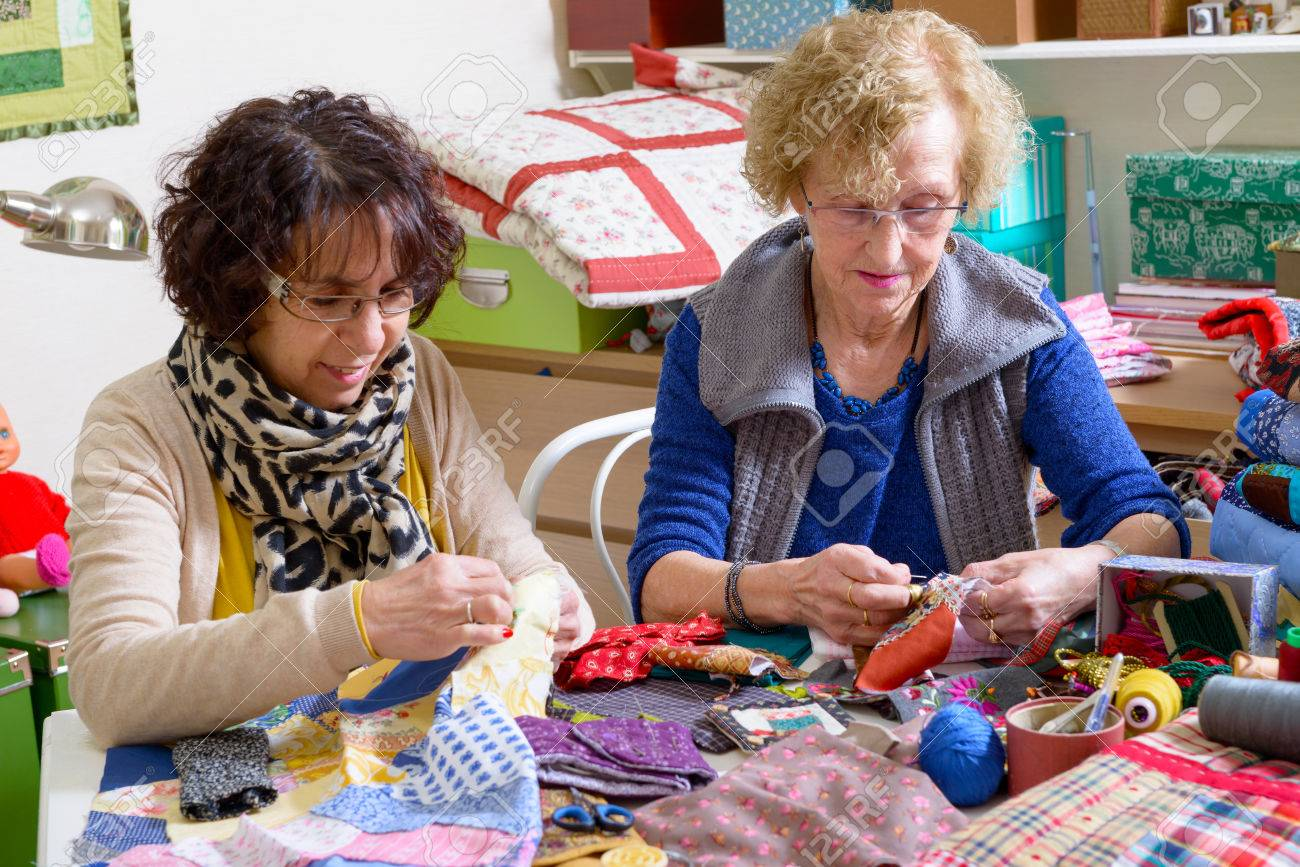 two women working on their patchwork in the workshop - 38378203
