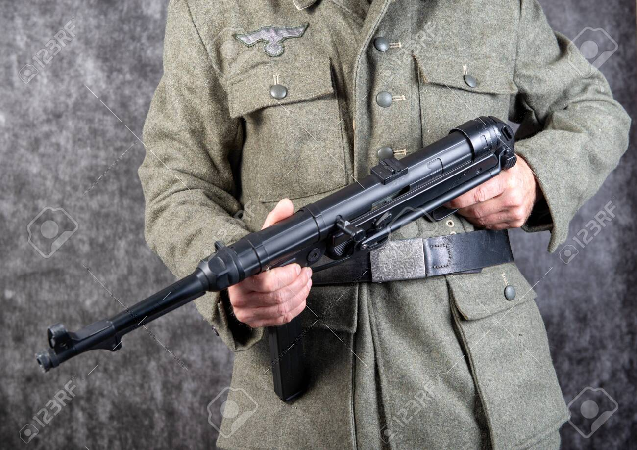 https://previews.123rf.com/images/philipimage/philipimage1906/philipimage190600077/124989171-a-world-war-two-german-soldier-with-machine-gun-mp-40-close-up.jpg