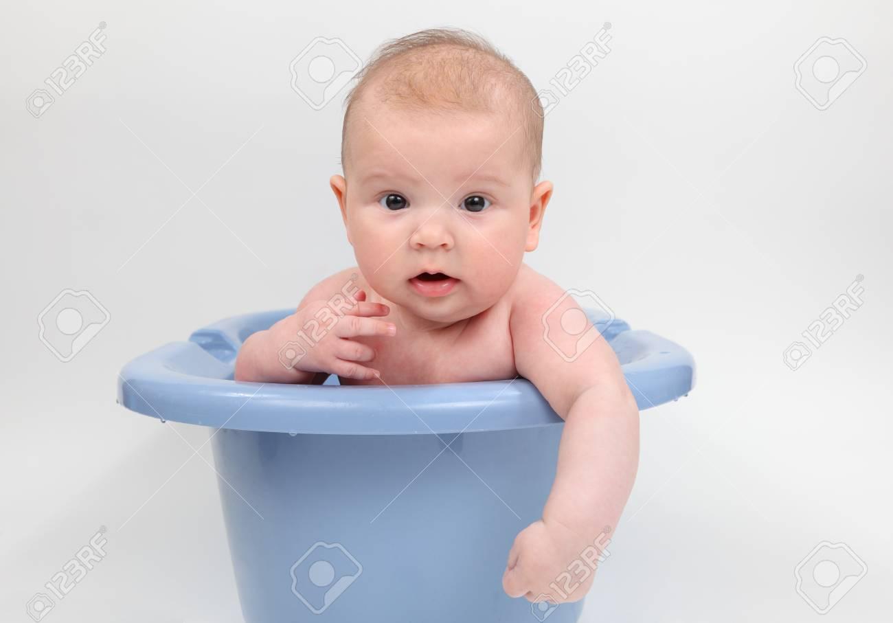 Vasca Da Bagno Bambini : Tre mesi di età bambino in una vasca da bagno foto royalty free