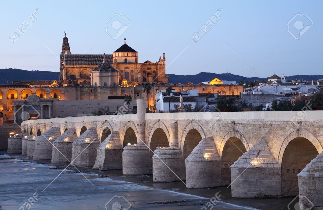 Le Pont Romain A La Cathedrale Mosquee De Cordoue En Arriere Plan Andalousie Espagne