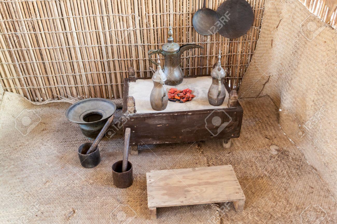 Interieur Midden Oosten : Traditionele koffiepot in een bedoeïenentent midden oosten