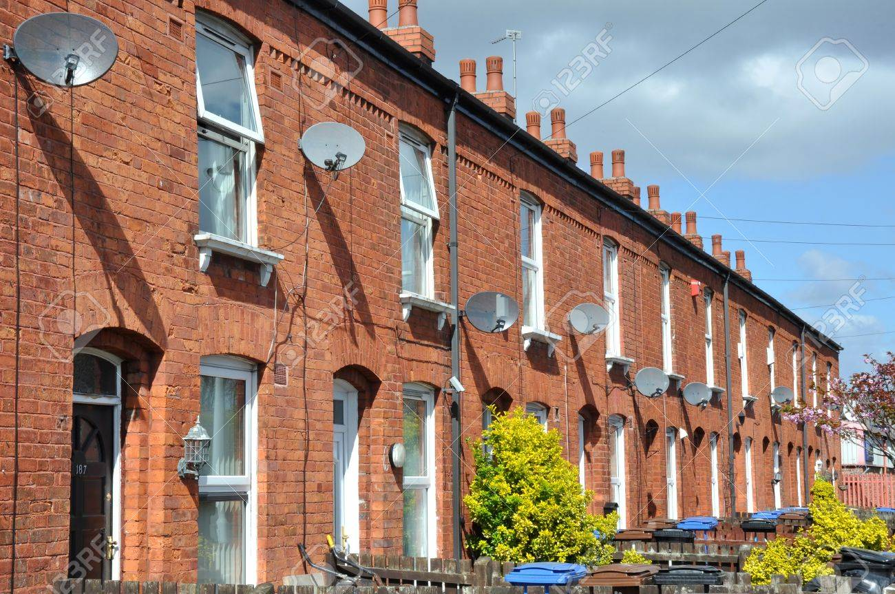Perfect Row Of Traditional Northern English Red Brick Terraced Houses Stock Photo    27548996