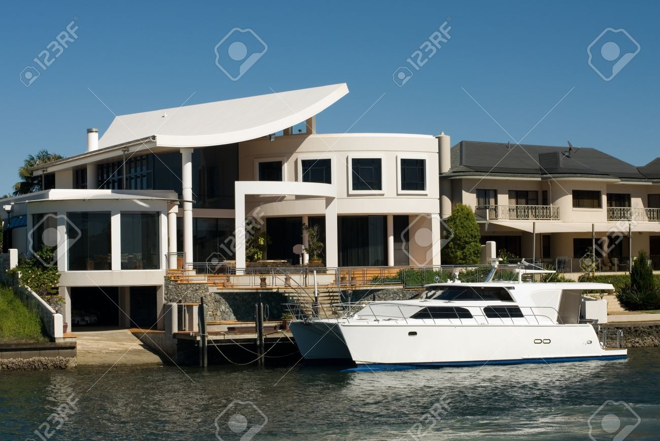 Luxury homes on a waterway, Surfers Paradise, Queensland, Australia Stock Photo - 11025644