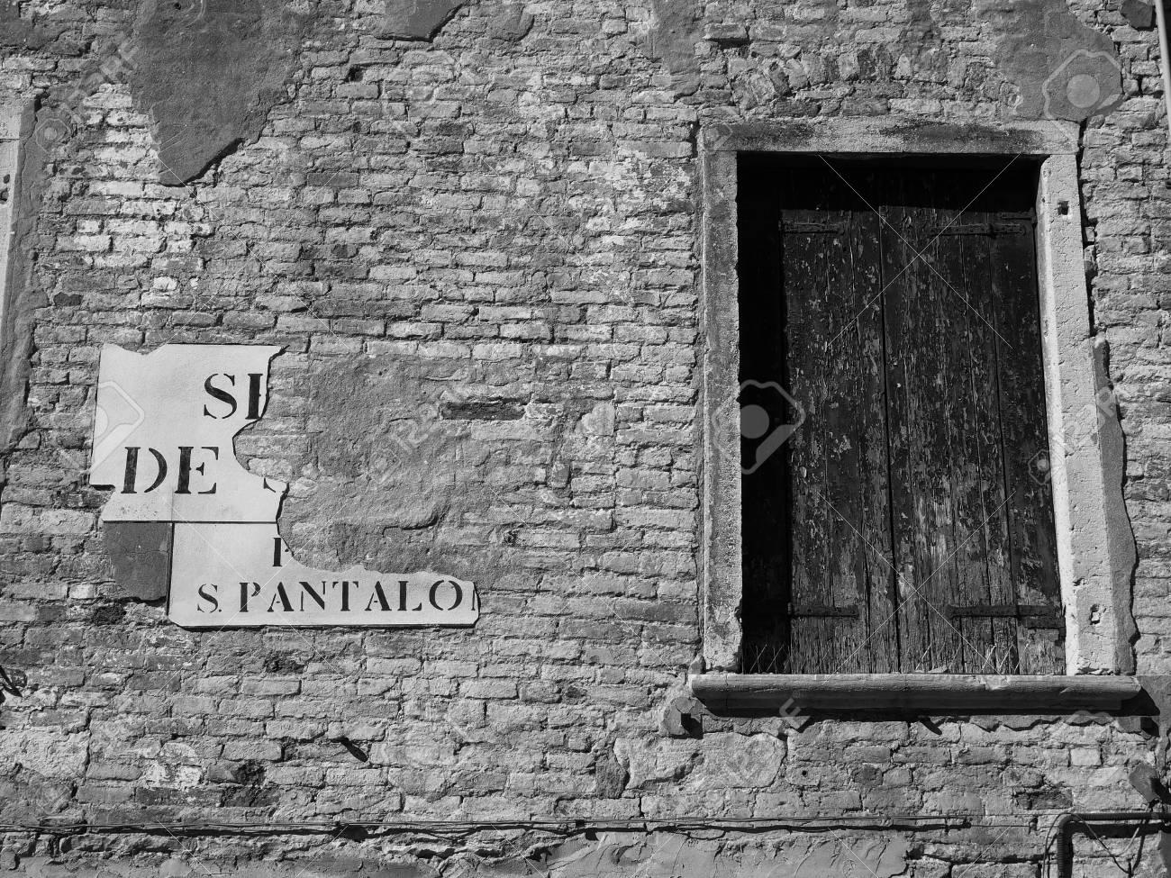 Elegant Shuttered Fenster Auf Einer äußeren Alten Mauer In Venedig Standard Bild    76650558
