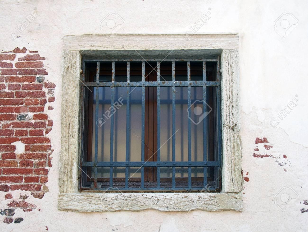 Amazing Quadratisches äußeres Fenster Mit Stäben Auf Einer Weißen Wand Mit  Ziegelsteinen, Die Zwar Zeigen Standard