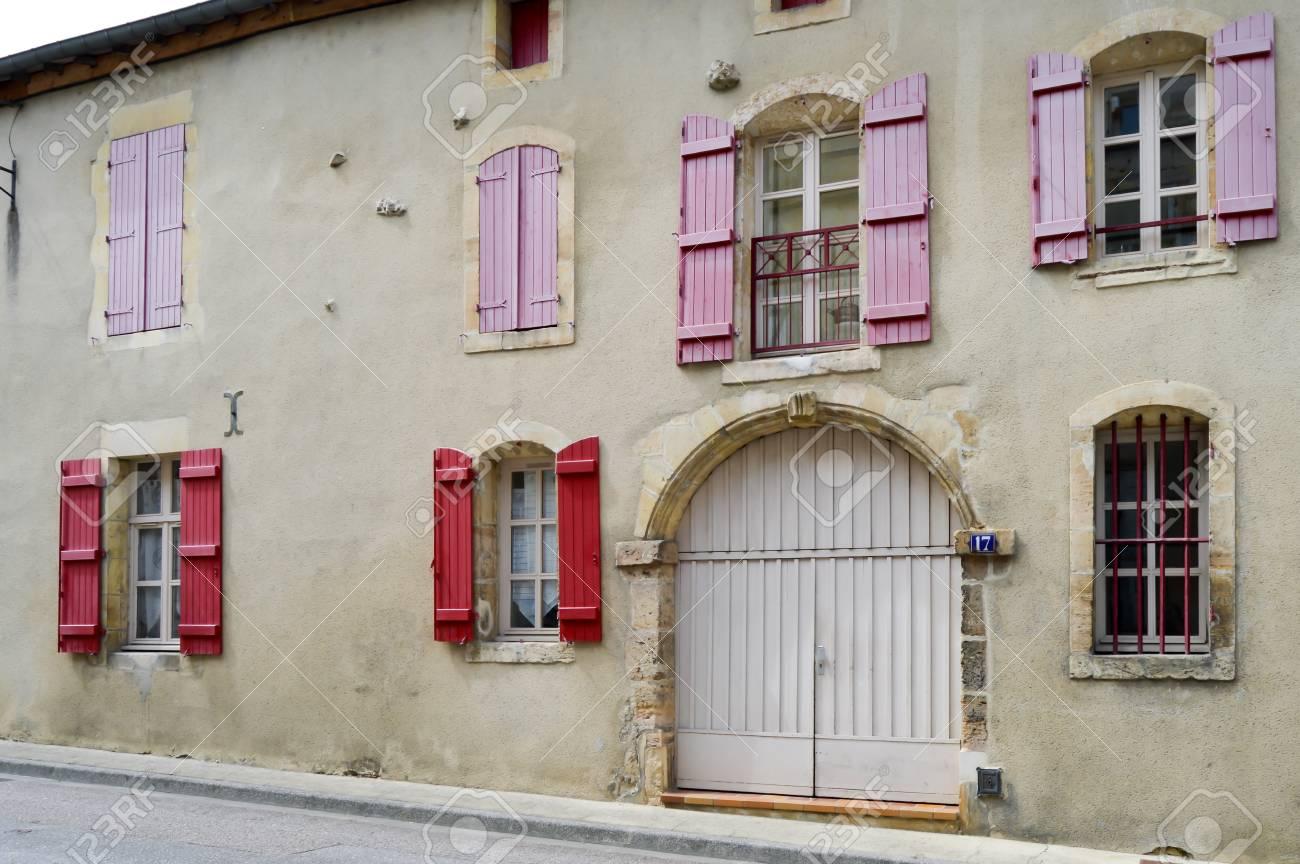Couleur Volet En Provence façade en pierre de france avec des volets de couleur bordeaux dans la  ville de bar le duc en meuse française