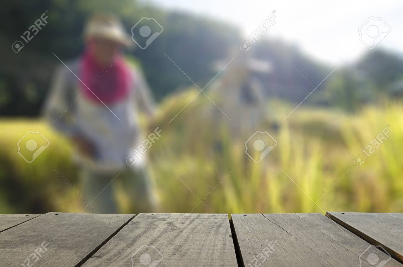 Imagen De Desenfoque Y La Falta De Definición De La Madera Terraza Y Arroz Con Cáscara De La Cosecha De Los Agricultores En La Granja Para El Uso Del
