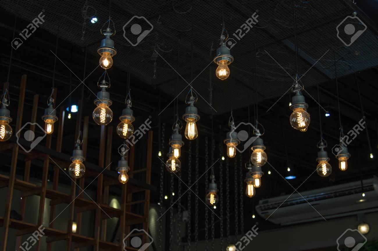 Kronleuchter Glühbirne ~ Beleuchtung auf dem kronleuchter im lampenlicht und glühbirnen