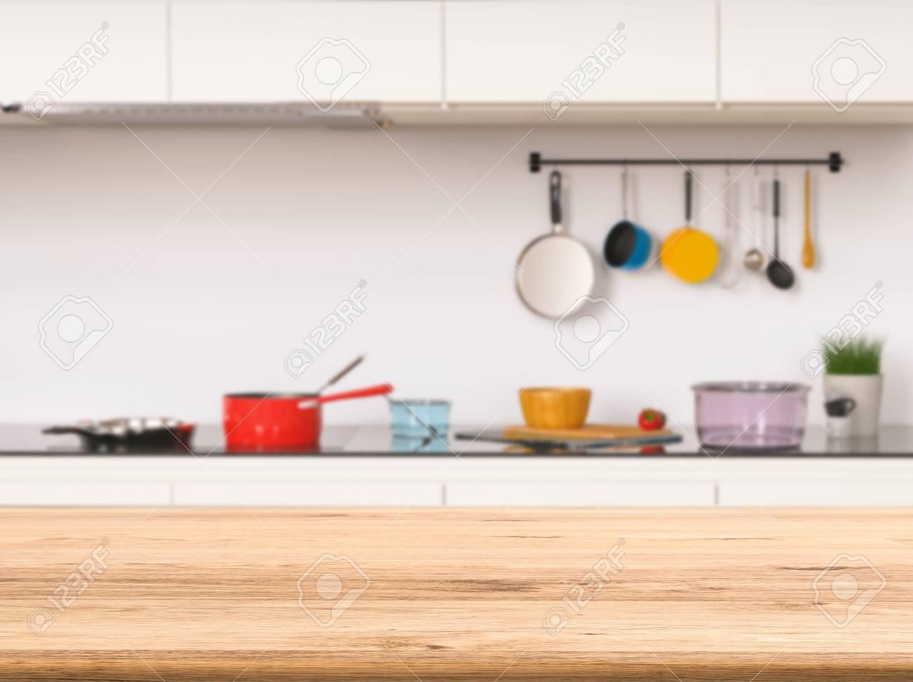 Leere hölzerne Theke mit Küche Hintergrund