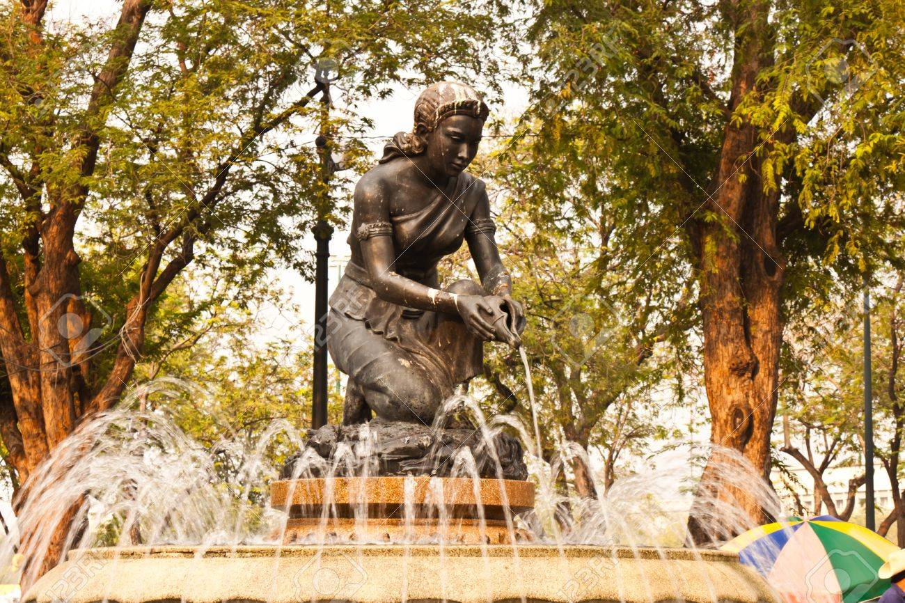 Statues and fountains in the park - 18408876