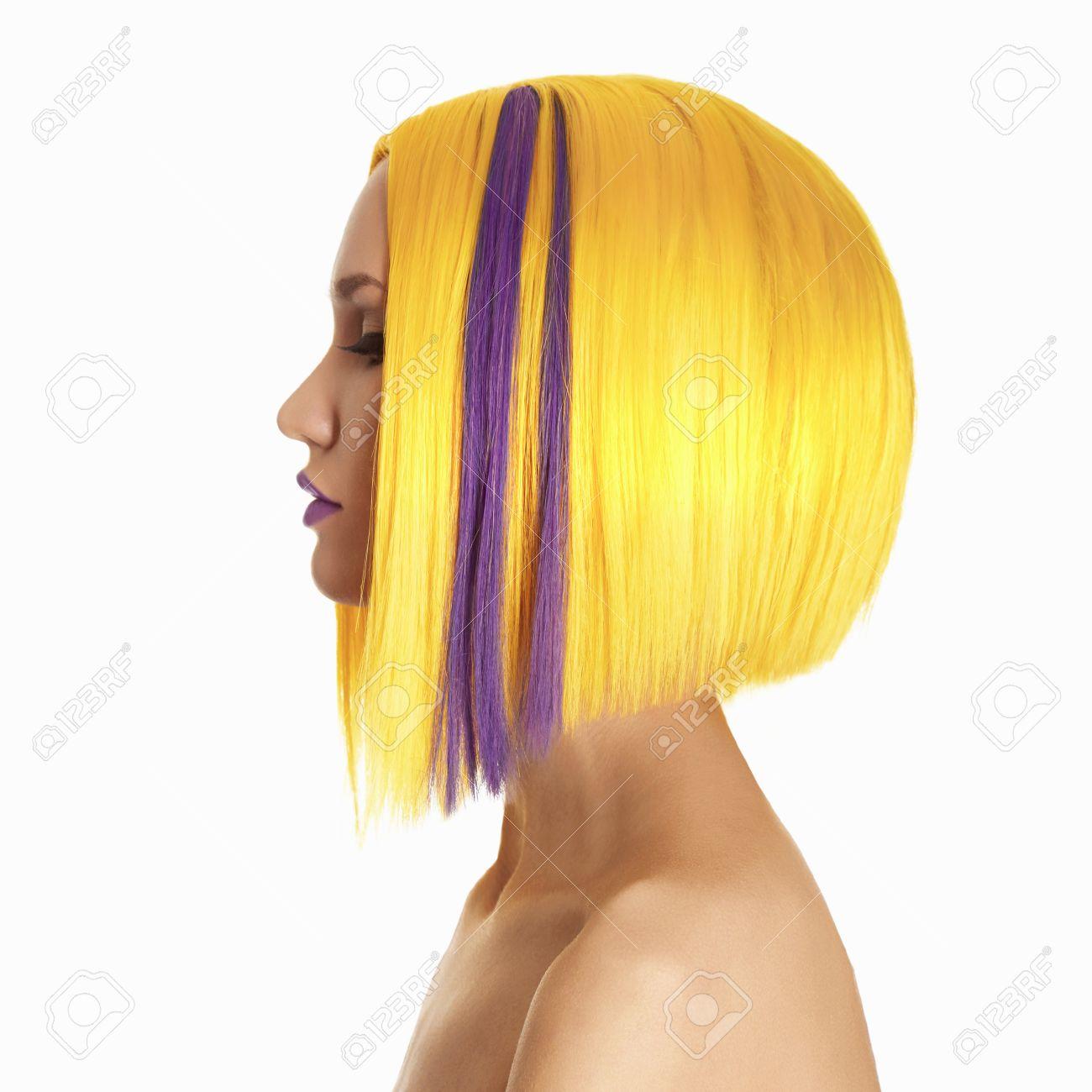 0d1c4f75a00 Foto de archivo - Insólito pelo púrpura hairs.Yellow. Corte de pelo.  Muchacha hermosa con el pelo corto. Peinado. Bob. Fringe. Retrato de perfil  de mujer de ...