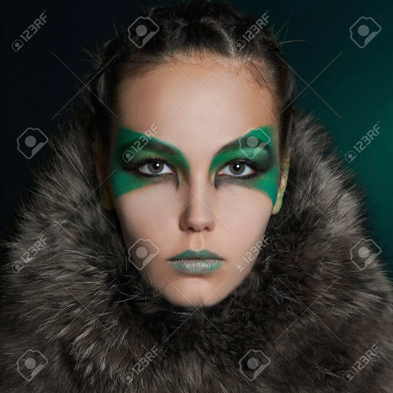 Banque d\u0027images , Fantaisie femme en fourrure et maquillage vert. Fartée  belle fille.barbarien qui vit dans les bois