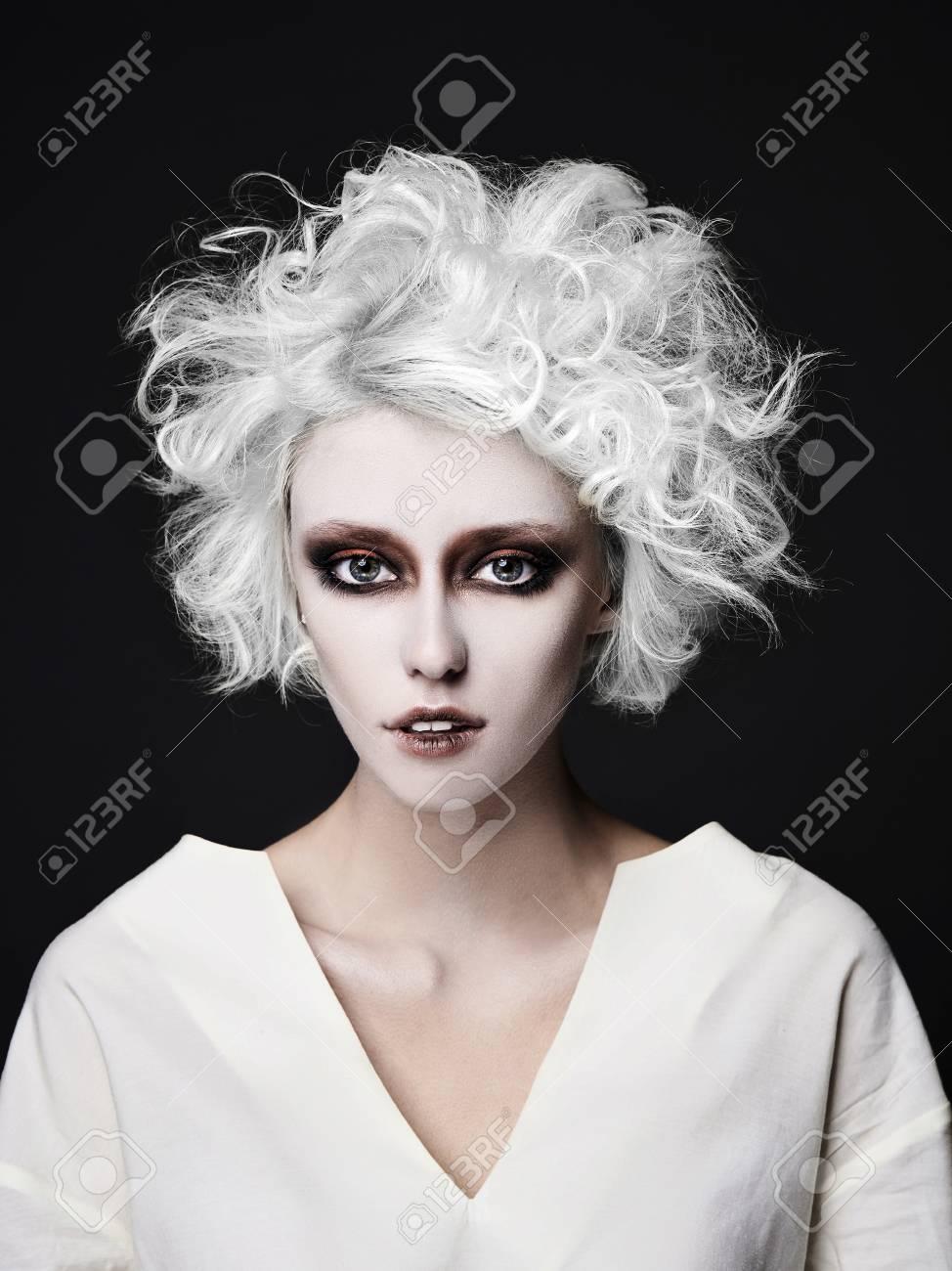 Fille avec maquillage de clown effrayant pour halloween.blond jeune femme à  la peau blanche porter straitjacket.psycho personne pour mascarade