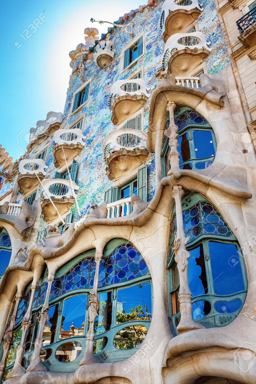Stijl Van Gaudi.Barcelona Spanje 17 April 2016 De Gevel Van Het Huis Casa Battlo Of Thr Huis Van De Botten Ontworpen Door Antoni Gaudi Met Zijn Beroemde