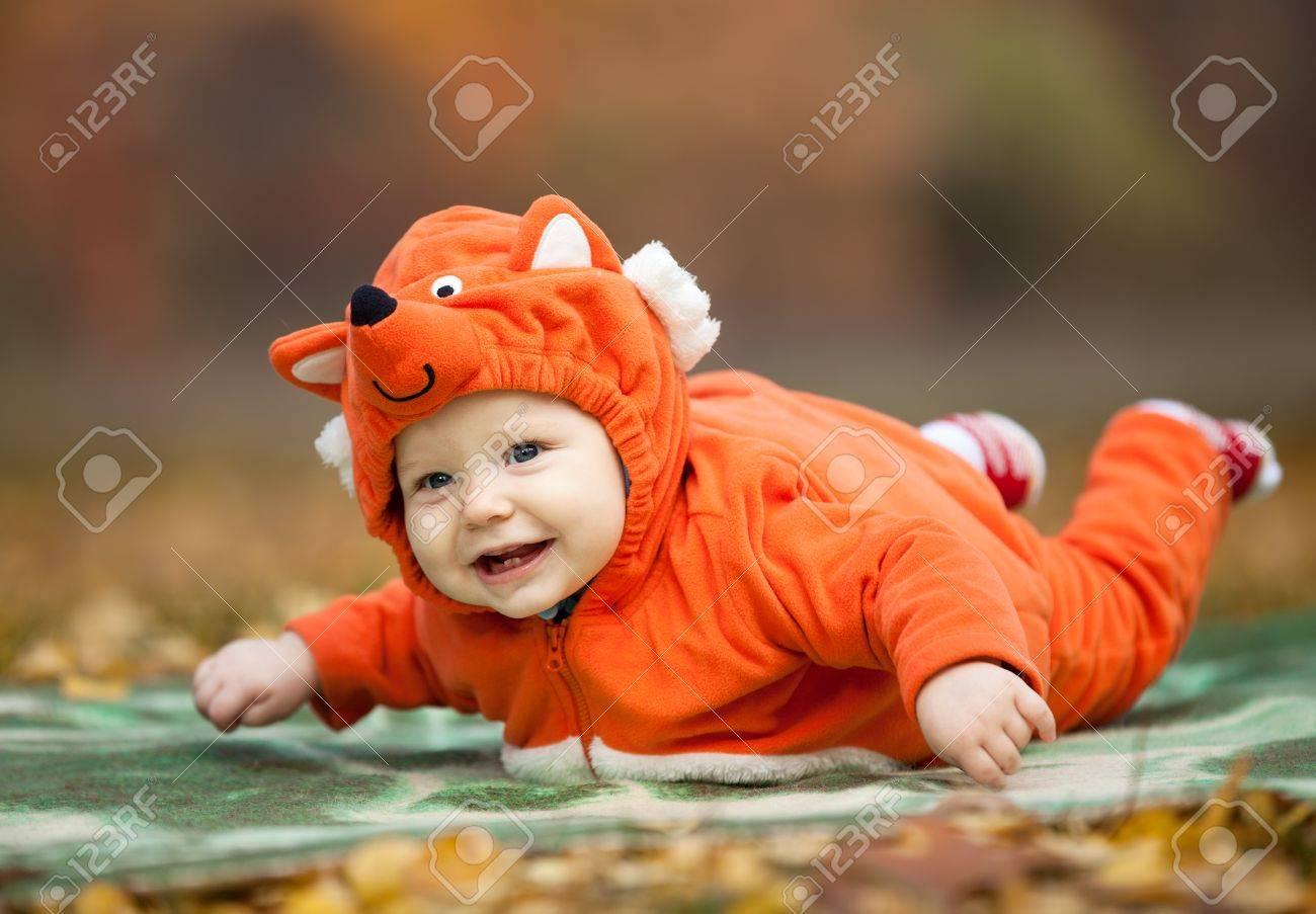 Baby Boy In Fox Kostum Gekleidet In Herbst Park Lizenzfreie Fotos