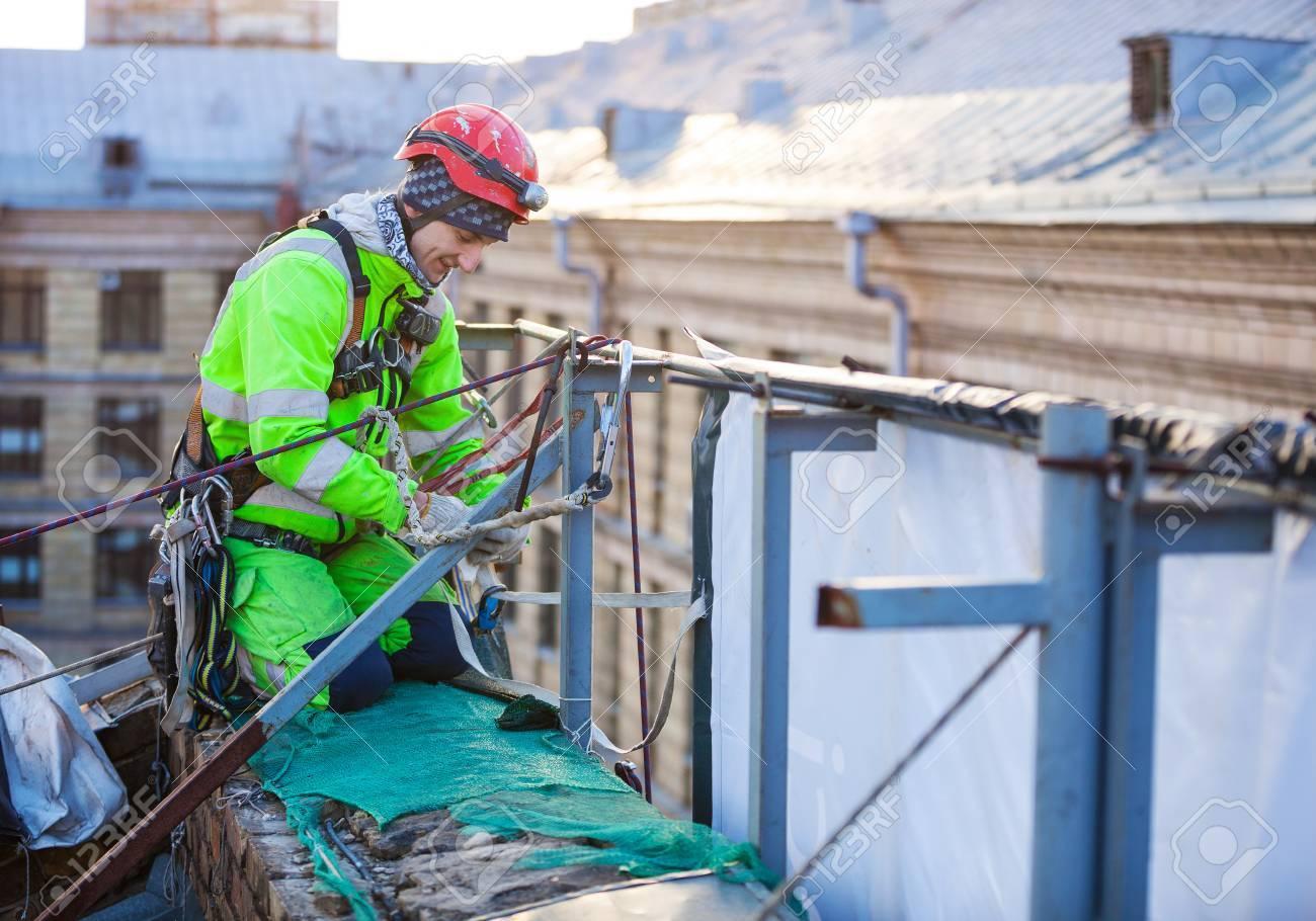 Kletterausrüstung Industrie : Industrie kletterer auf einem dach eines gebäudes lizenzfreie fotos