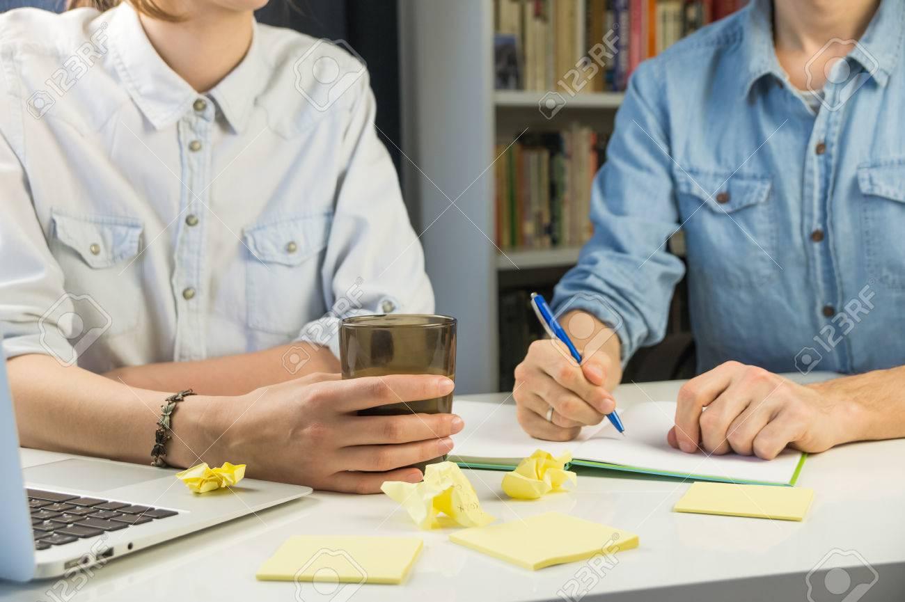Deux personnes travaillant au bureau de bureau à domicile jeune