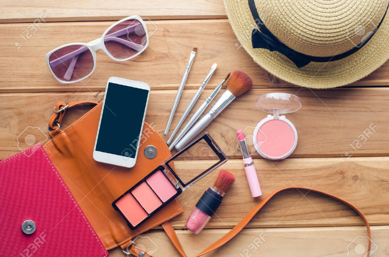 Equipment tour of the teen girl, cosmetics, accessories, make-up, the shoes, the smart phone, bag, hat ready to travel. - 56196572