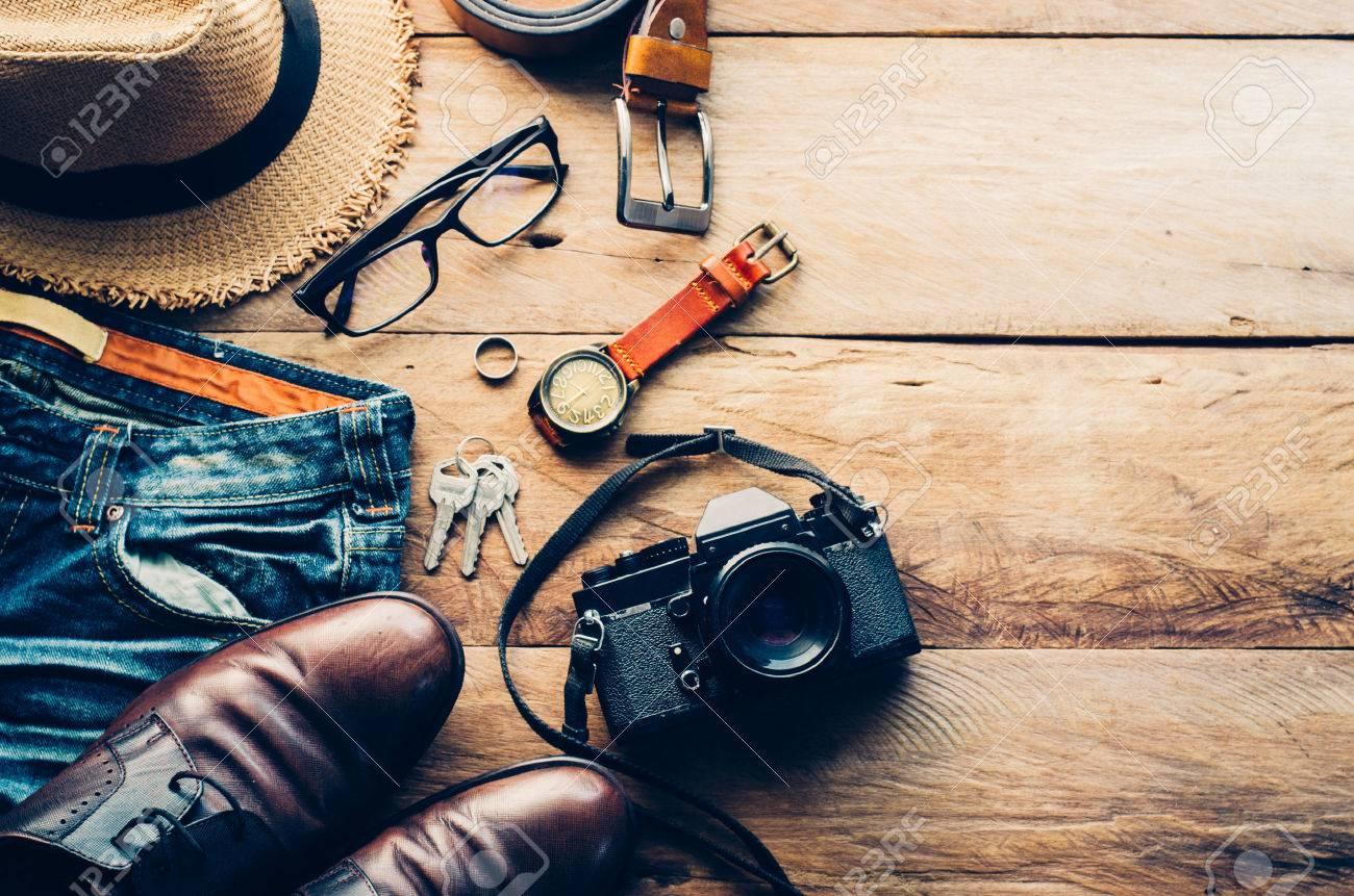 Accesorios de viaje trajes. Pasaportes, equipaje, el costo de los viajes mapas preparados para el viaje Foto de archivo - 75807205
