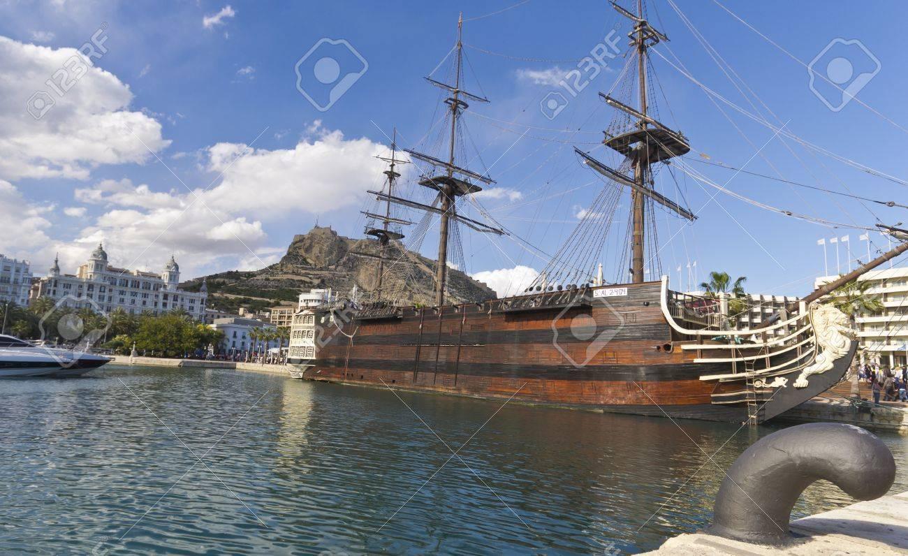 Barco Pirata En El Muelle De Alicante España Fotos, Retratos ...