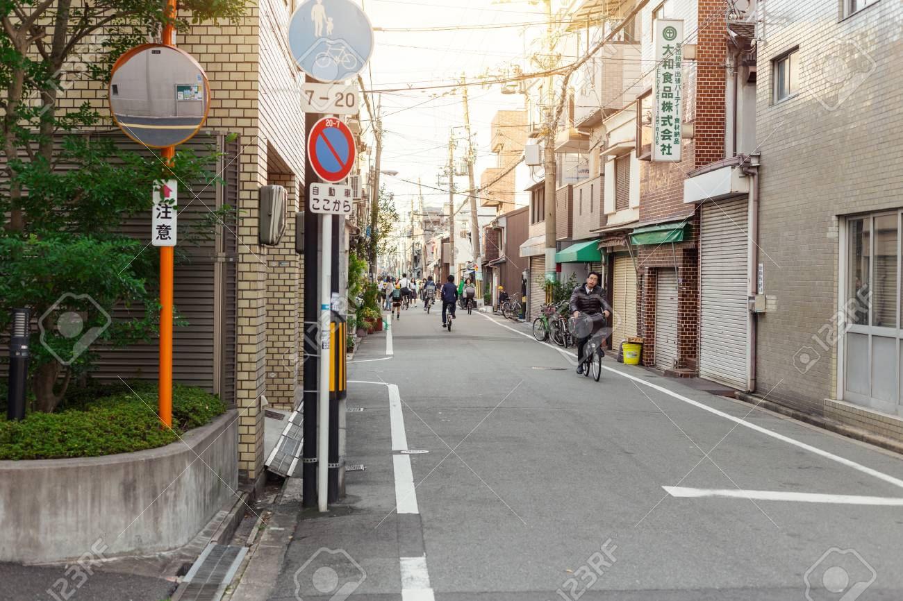 朝のクリーンジャパンストリート人々は自転車を利用しているか、徒歩は ...