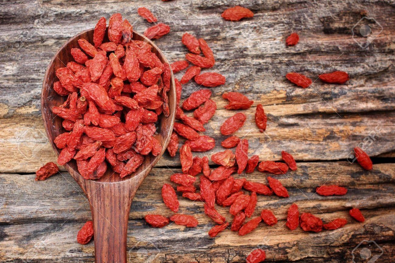 Red dried goji berries on wood background Standard-Bild - 22438122