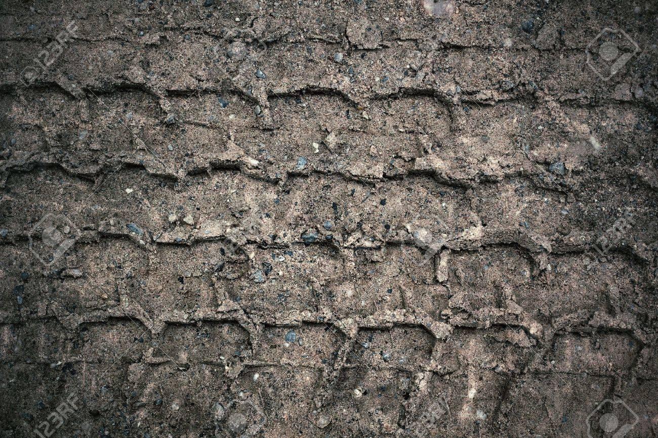 Wheel tracks on the soil. Standard-Bild - 22724305