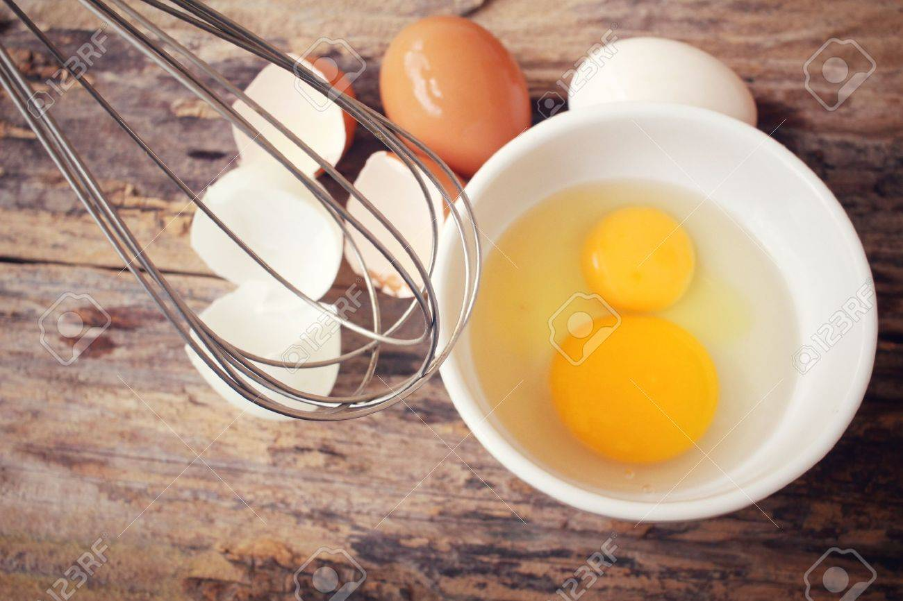 Eggs in a bowl with whisk Standard-Bild - 42372485