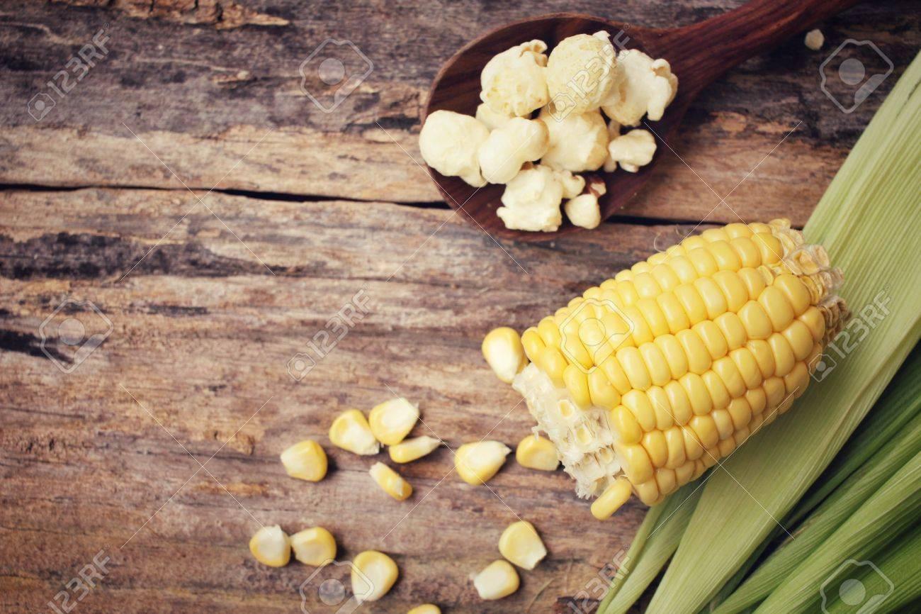 Pop corn with corn seeds Standard-Bild - 42372916
