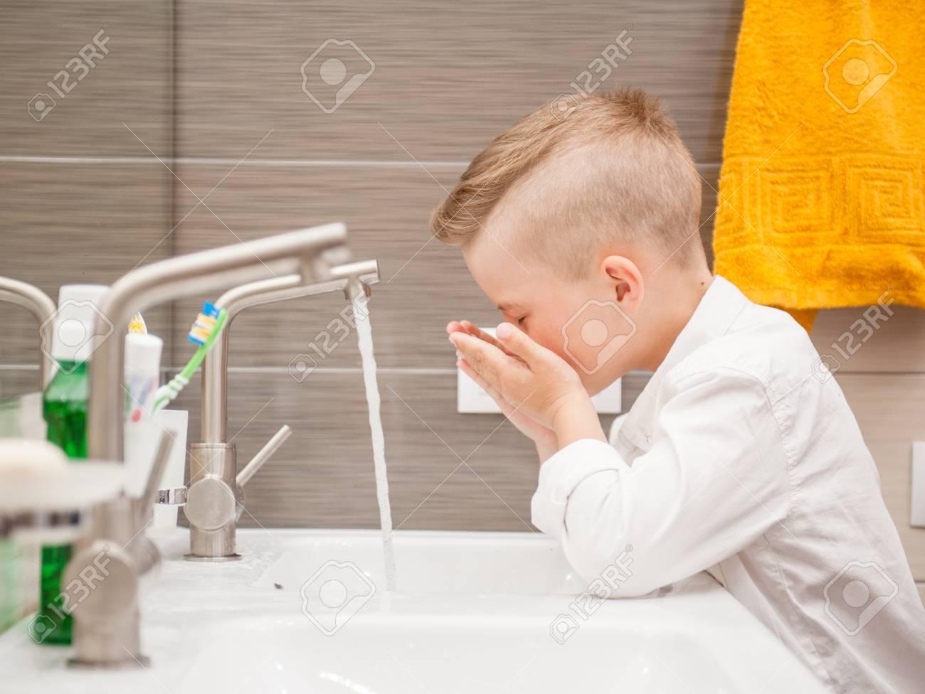 Niño Se Está Lavando La Cara En El Baño Fotos Retratos Imágenes Y
