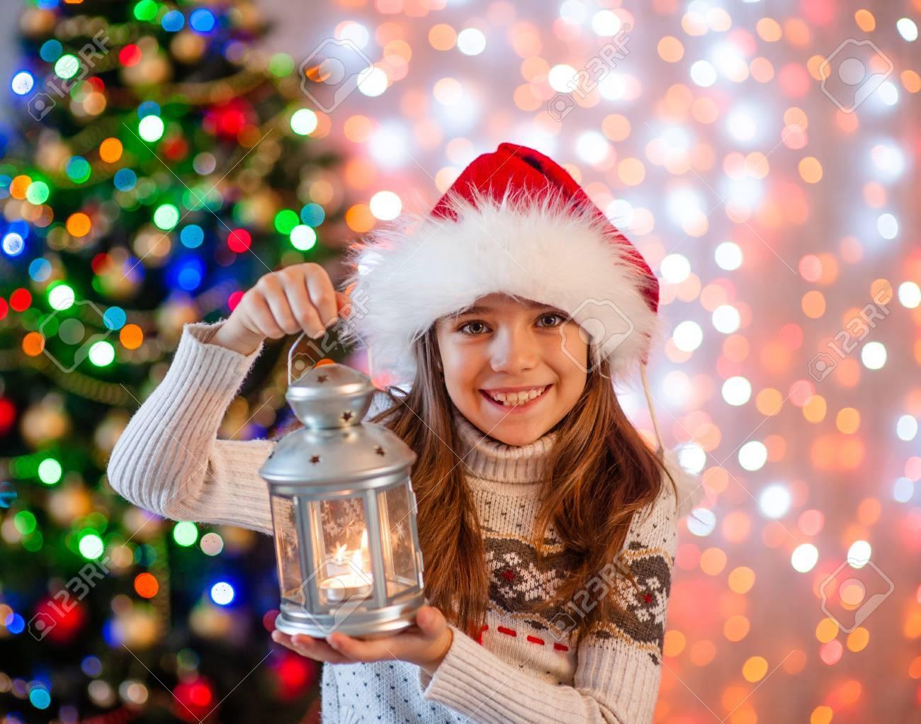 Glückliches Mädchen, Das Weihnachtslaterne Hält. Lizenzfreie Fotos ...