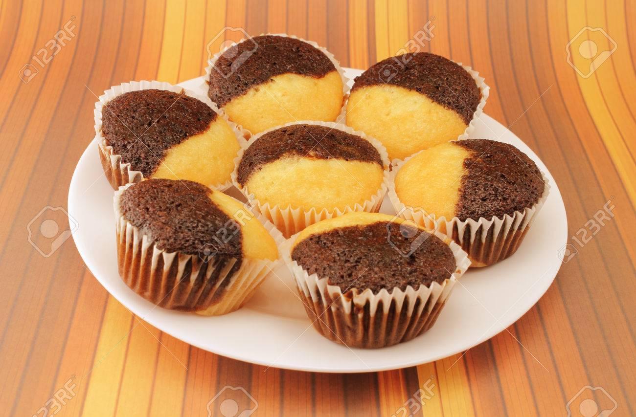 Kostlicher Schokolade Und Vanille Muffins Auf Einem Weissen Teller