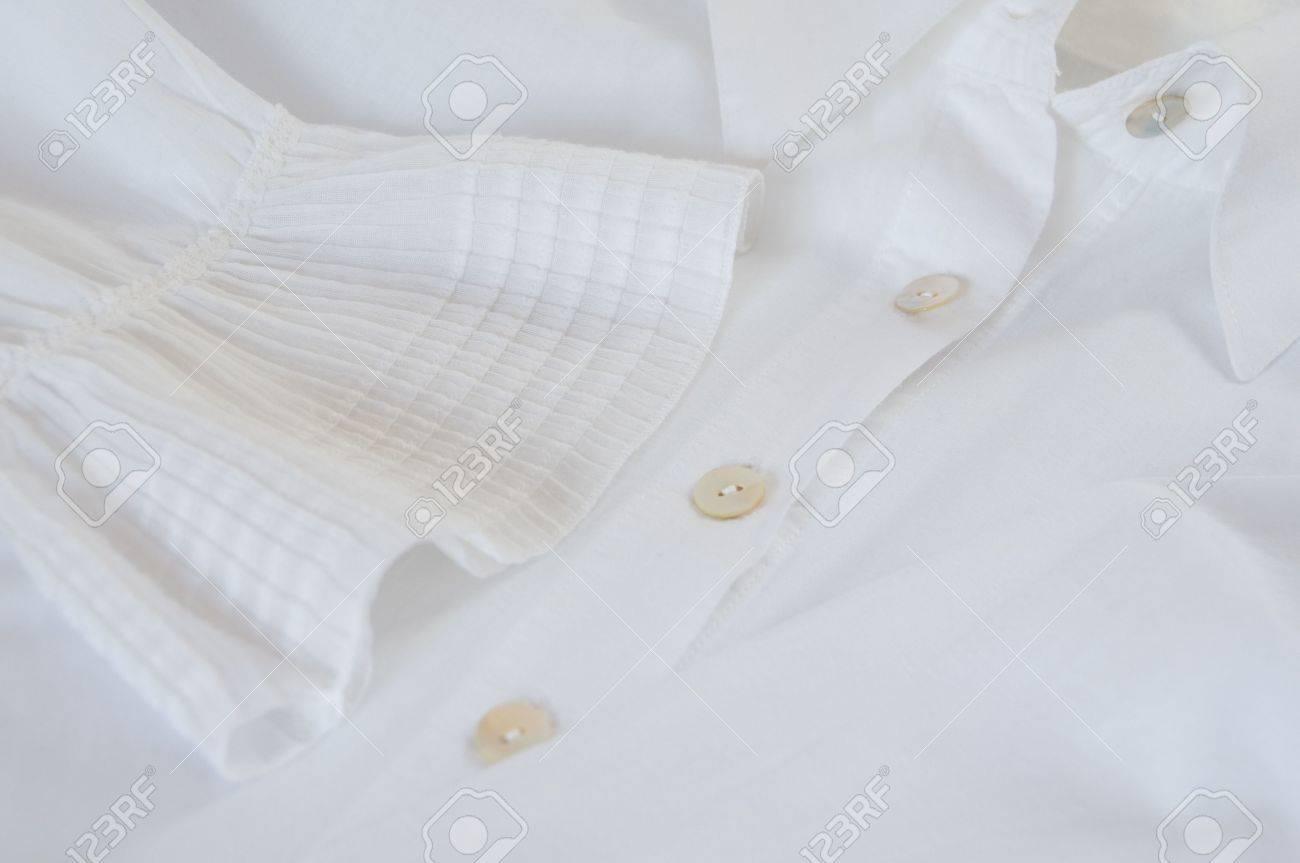 429500e517ae1 Detalle de una camisa blanca con puntilla de fantasía manguito y botones de  Foto de archivo