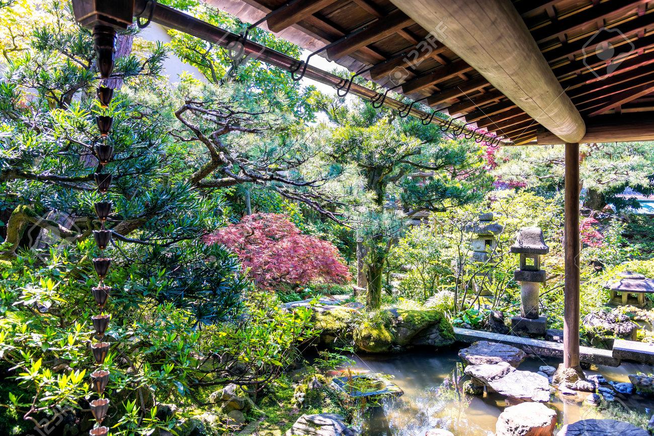 Kanazawa, Japon - 24 Avril, 2014: Le petit jardin japonais de Nomura  résidence familiale de samouraï dans le district de Kanazawa Nagamachi. Le  Nomura ...