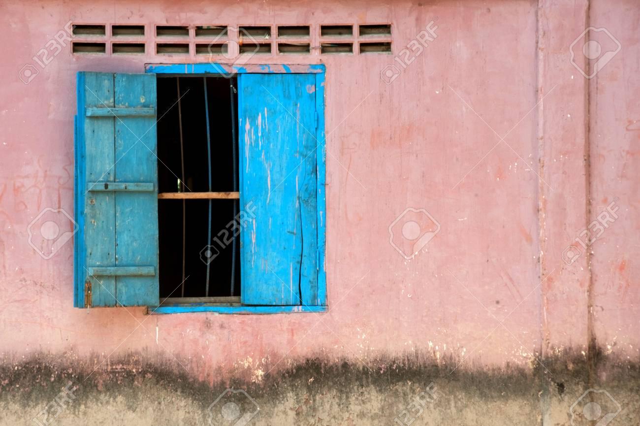 Grungy old door Stock Photo - 7229557